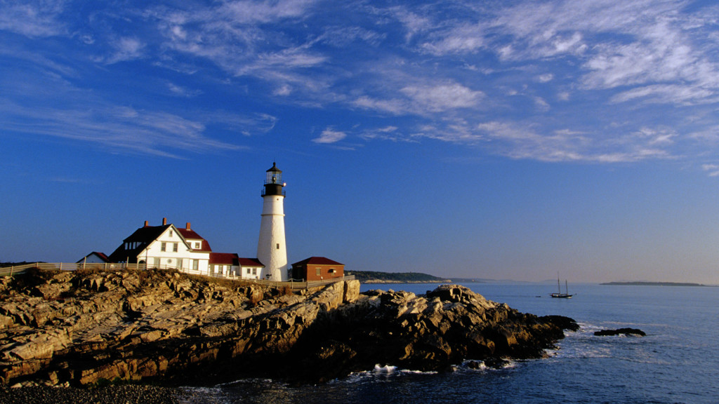 the USA's best road trips - image of a lighthouse on the new england highwaw