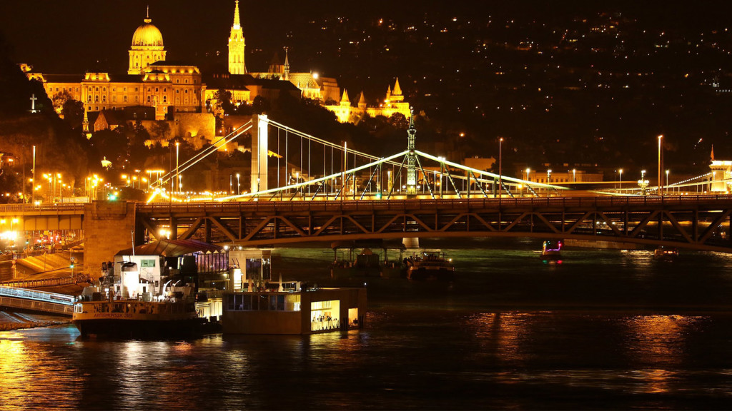 things to do in budapest - image of the Chain Bridge at night