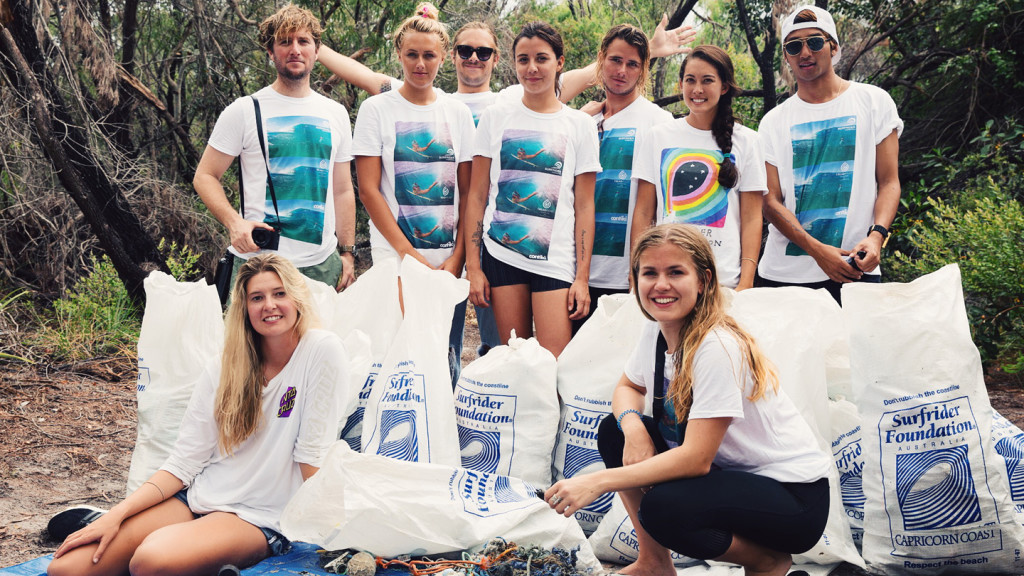 jamie mcdell - group shot of Contiki Storytellers at beach clean