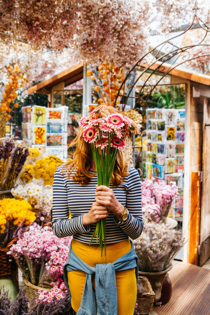 travel photography - girl holding flowers in amsterdam