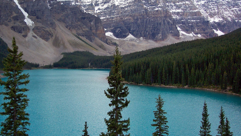 romantic travel destinations - image of lake moraine banff national park