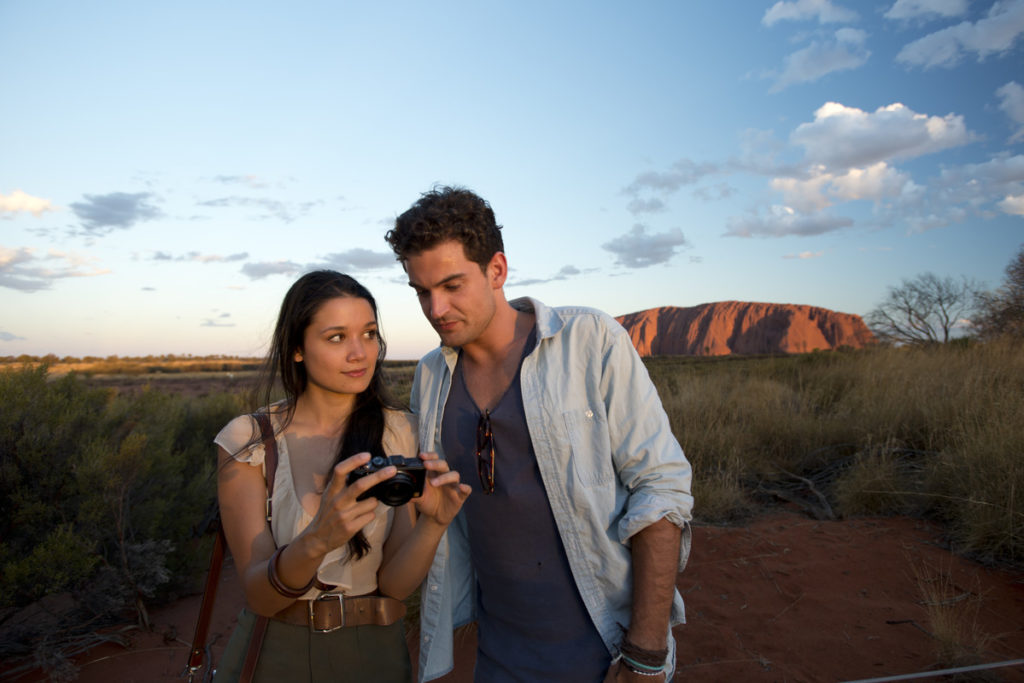 Couple-in-front-of-Uluru