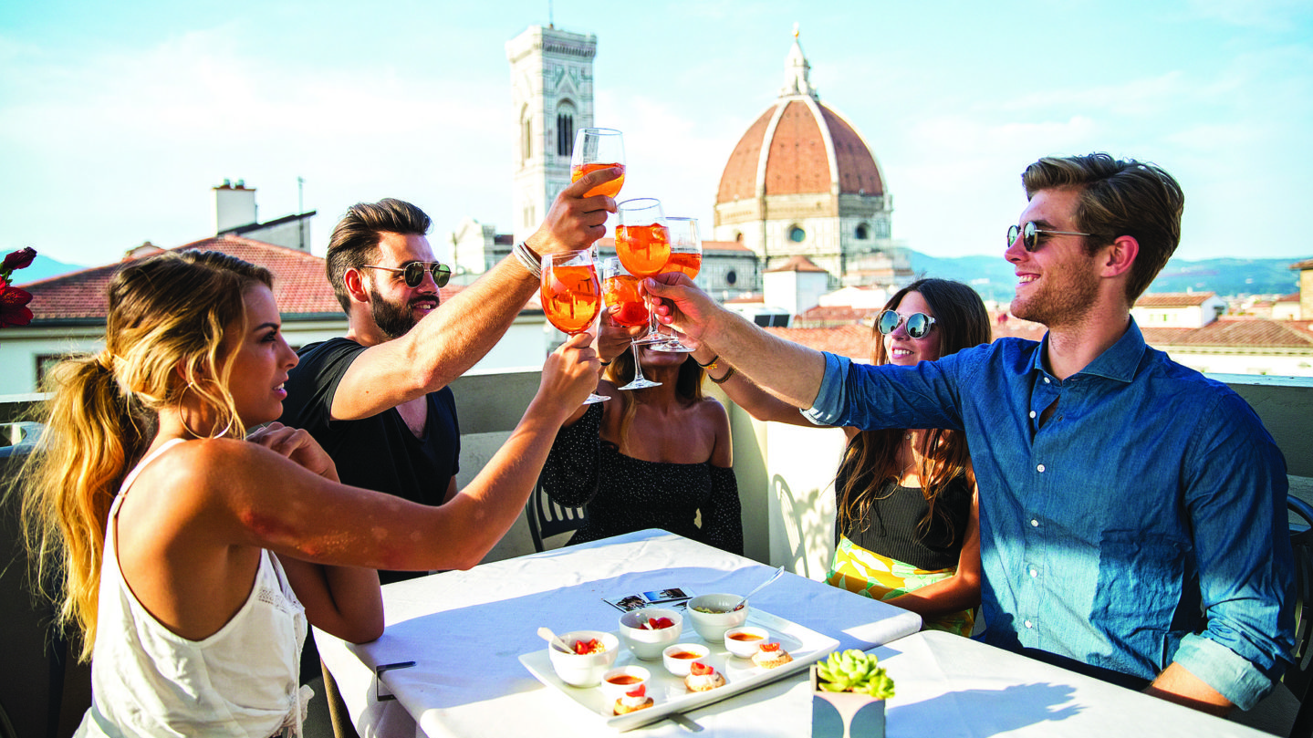 friends-drinking-aperol-in-florence