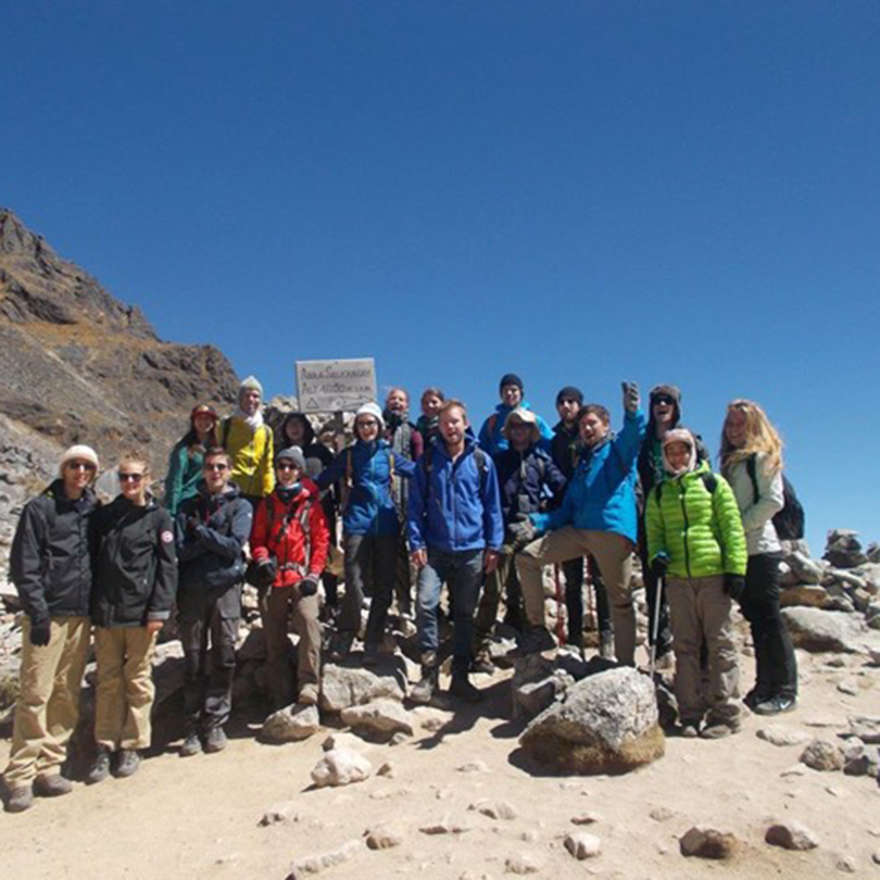 Group-hiking-friends-travelGroup-hiking-friends-travel
