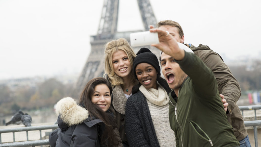 friends-selfie-eiffel-tower