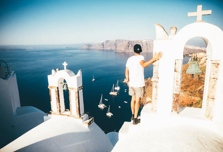 contiki-destinations-europe-santorini-rooftops