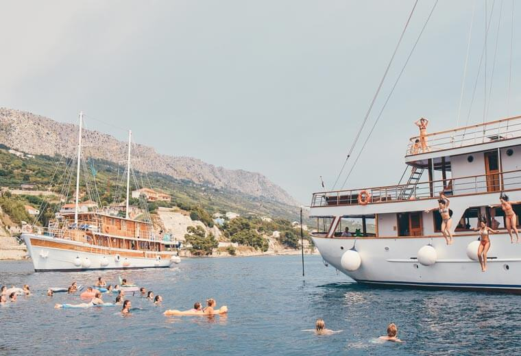 contiki-destinations-croatia-jumping-into-sea