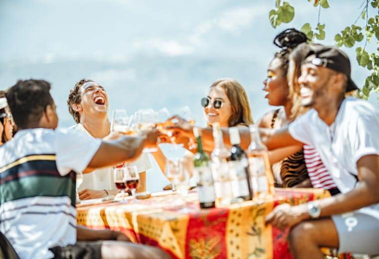 contiki-make-it-count-friends-laughing-dinner-al-fresco