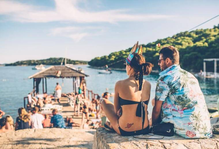 contiki-destinations-croatia-couple-beach